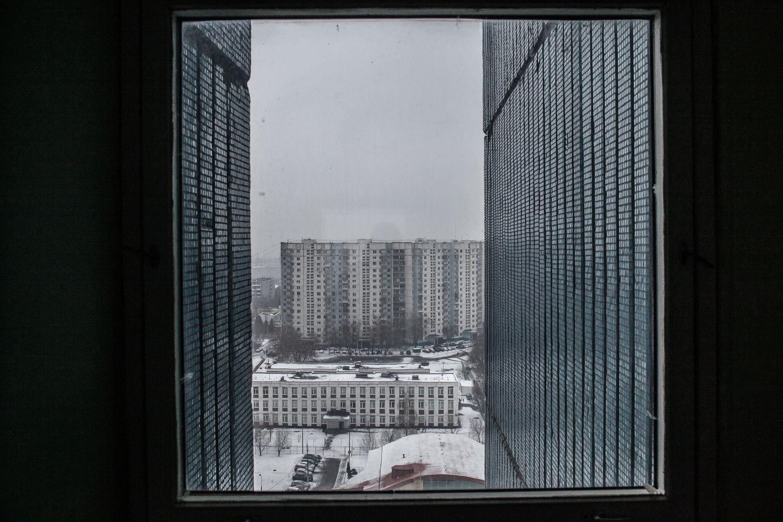 La vu de l'appartement de Nadejda, 57, la patiente régulière de l'ancien hôpital numéro 11, a cote de la station de metro Yasenevo, a Moscou, le 19 décembre, 2014. Il lui faut une heure pour aller à l'ancien hôpital numéro 11, le centre de sclérose en plaque. Selon la nouvelle loi russe les ambulances ne véhiculent pas les malades atteints de maladie chronique.